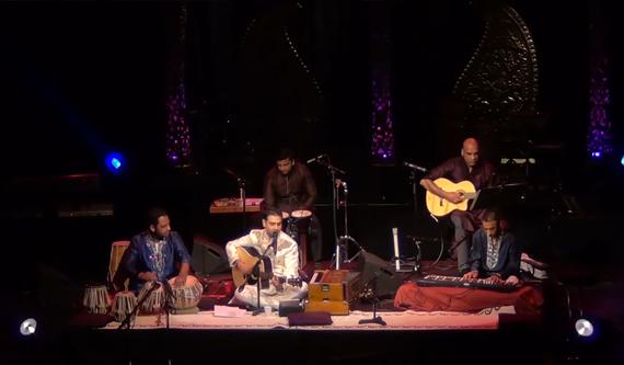 Swareed performing 'Aaj Mausam Bada Beimaan Hai'